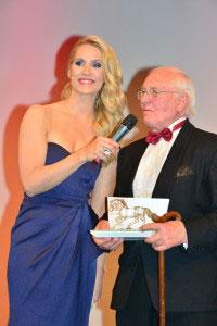 Deutschlands beliebte Nachrichtensprecherin Judith Rakers überreicht den P.S.I. Award - eine kristalline Pferdeskulptur von Swarovski - an den Künstler Klaus Philipp