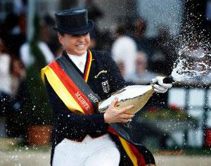 Dorothee Schneider freut sich über ihren Titel als Deutsche Meisterin in der Kür 2016, Foto Jacques Toffi